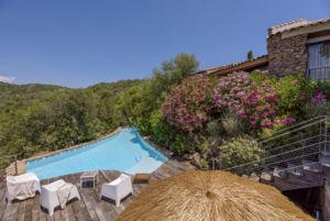 Grande piscine avec villa à Porto Vecchio