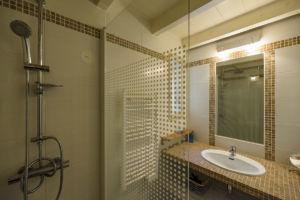 Salle de bain avec douche villa Santa Giulia