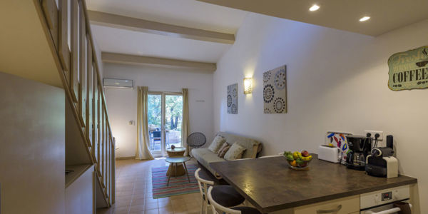 Salon bar et cuisine résidence Santa Giulia