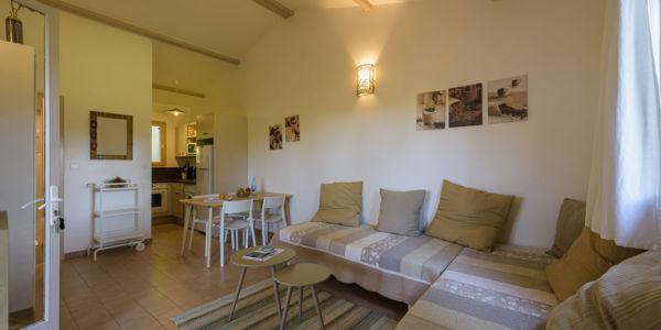Salon avec salle à manger et cuisine résidence villa Santa Giulia