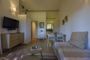 Salon, salle à manger et cuisine résidence de Santa Giulia