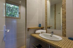 Salle de bain avec douche résidence Santa Giulia